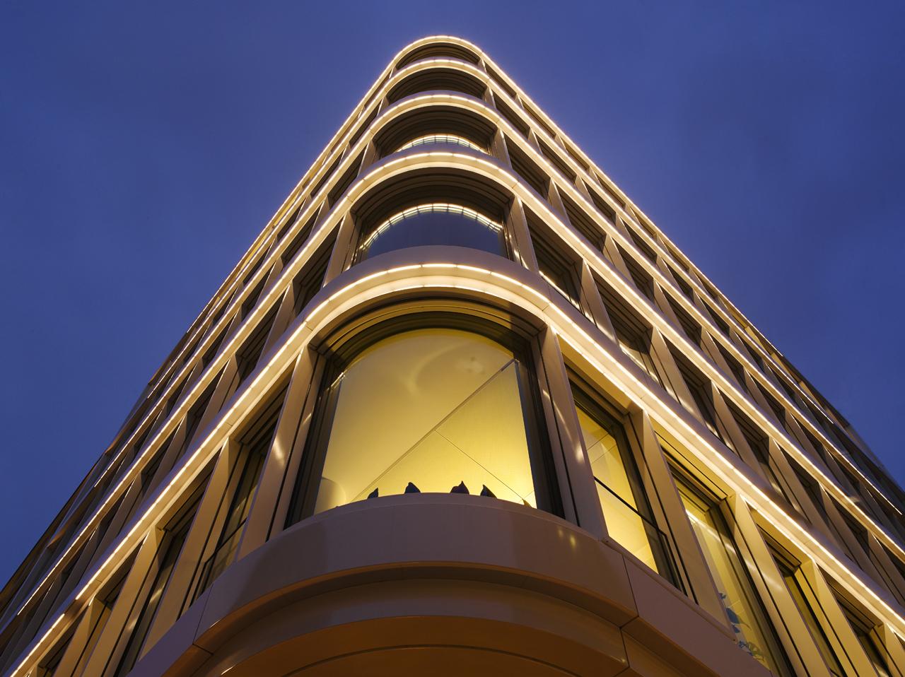 list-lichtdesign-Baltic-Haus-Hamburg-Innenstadt-gebogene-Ecke